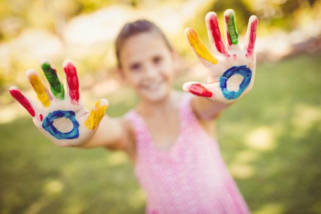 Mała dziewczynka pokazuje ona malował ręki