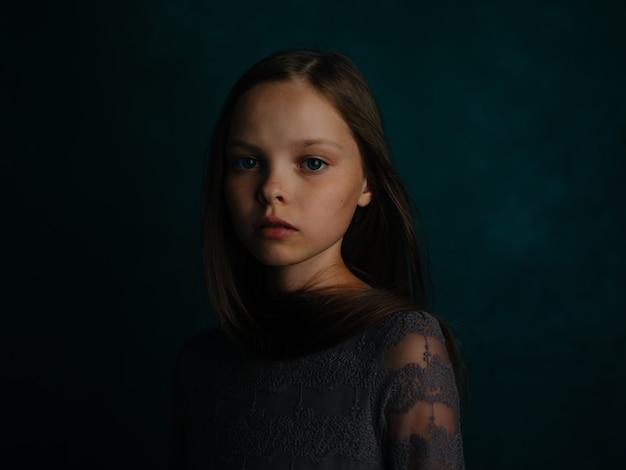 Mała dziewczynka pozuje glamour emocji zielonym tle