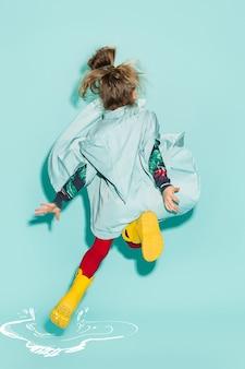 Mała dziewczynka pozuje w stylu mody na sobie jesienne ubrania