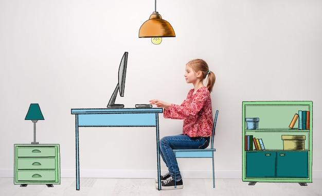 Mała dziewczynka pracuje na komputerze przy biurku w pokoju dziecięcym
