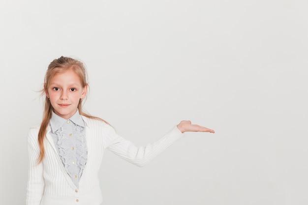 Mała dziewczynka przedstawia copyspace