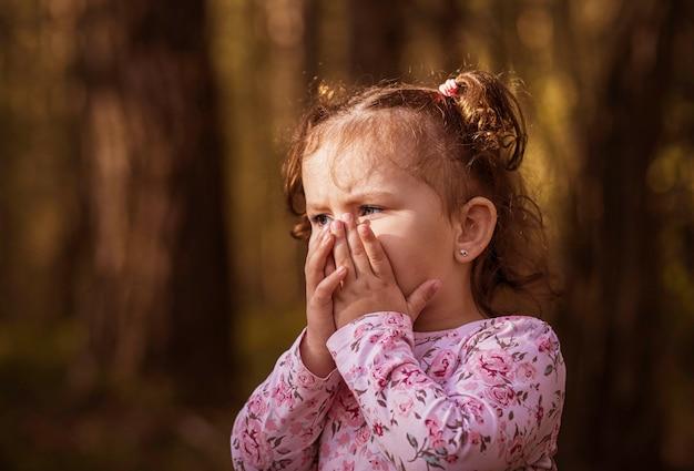 Mała dziewczynka przestraszona twarz