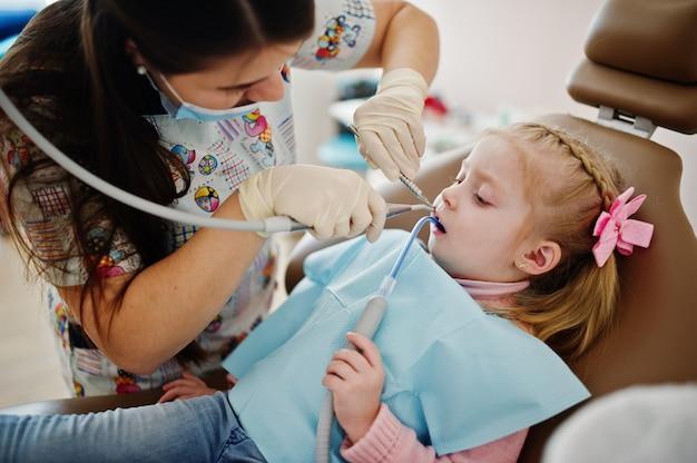 Mała dziewczynka przy dentysty krzesłem