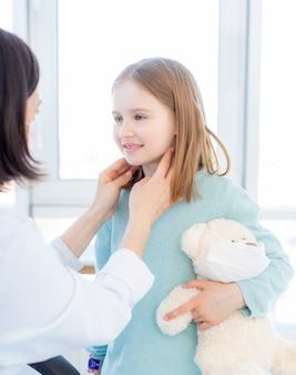 Mała dziewczynka przy medycznym spotkaniem