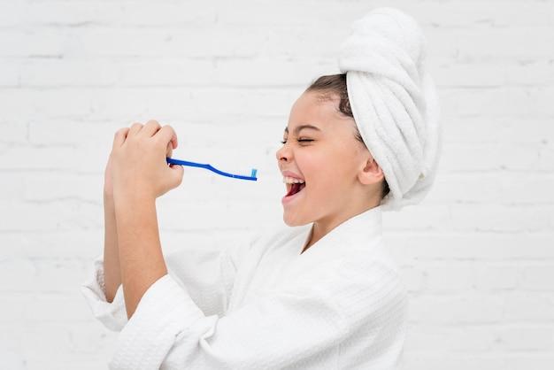 Mała dziewczynka przygotowuje się do mycia zębów