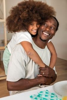 Mała dziewczynka przytulanie jej szczęśliwego ojca