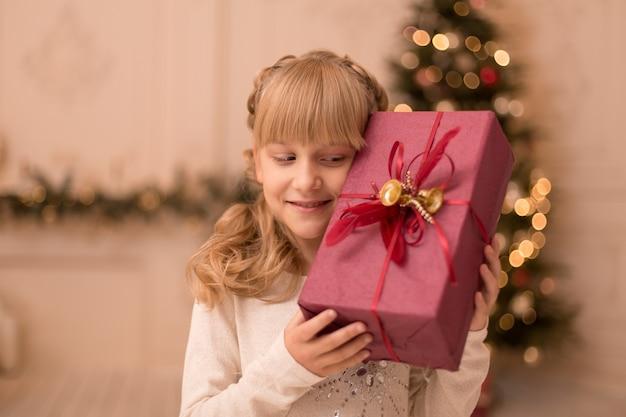 Mała dziewczynka rano znalazła pod choinką prezent od świętego mikołaja