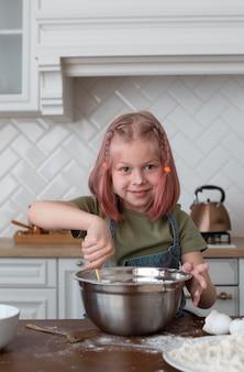 Mała dziewczynka robi coś dobrego do jedzenia