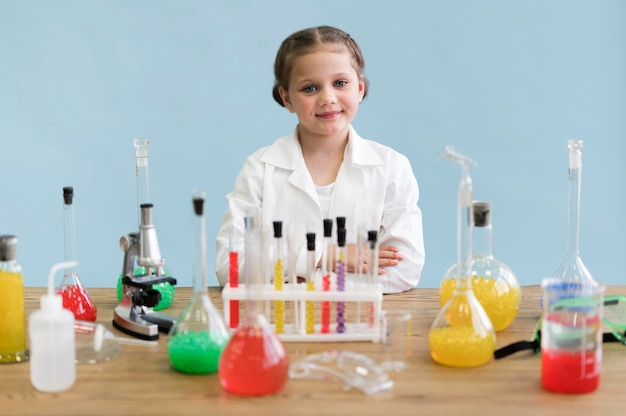 Mała dziewczynka robi eksperymentom