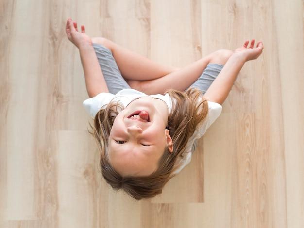 Mała dziewczynka robi joga w domu