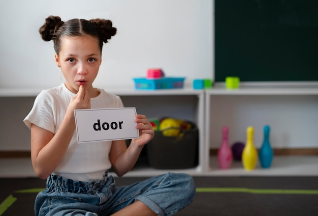 Mała dziewczynka robi terapię mowy w klinice