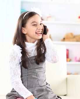 Mała dziewczynka rozmawia przez telefon.