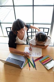 Mała dziewczynka rysująca na papierze wiadomość tęsknię za tobą na rozmowę wideo