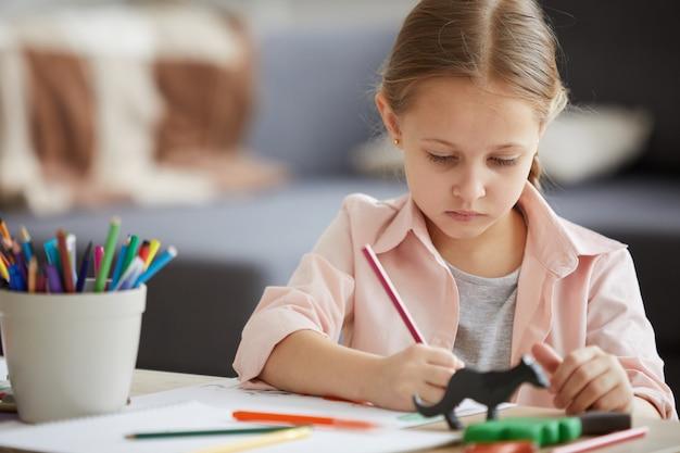 Mała dziewczynka rysunek kredkami
