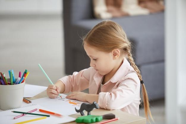 Mała dziewczynka rysunek zwierząt