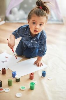 Mała dziewczynka rysunek