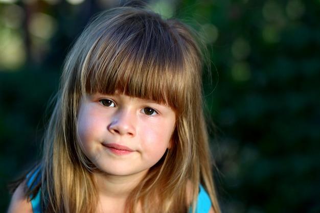 Mała dziewczynka się uśmiecha