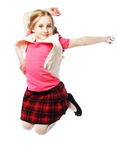 Mała dziewczynka skacze na białym tle