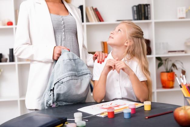 Mała dziewczynka słucha mamy, która mówi coś interesującego