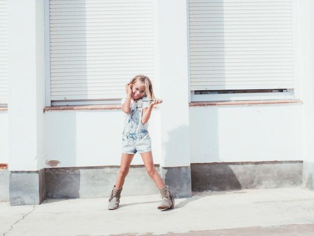 Mała dziewczynka słucha muzyka