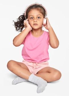 Mała dziewczynka, słuchanie muzyki na słuchawkach