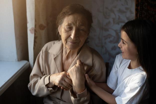 Mała dziewczynka śmieje się ze swoją prababką