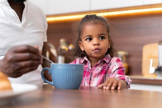 Mała dziewczynka spędza czas z ojcem
