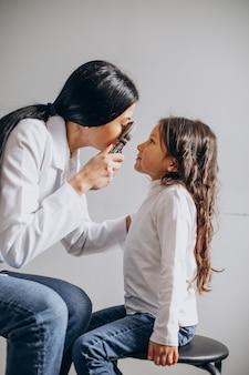 Mała dziewczynka sprawdzająca wzrok w centrum okulistycznym