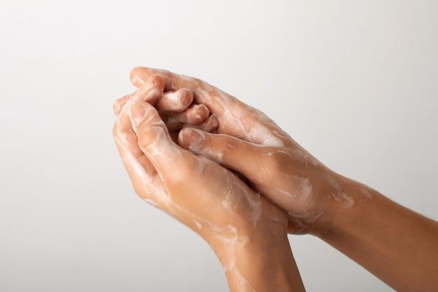 Mała dziewczynka starannie i uważnie myje ręce mydłem