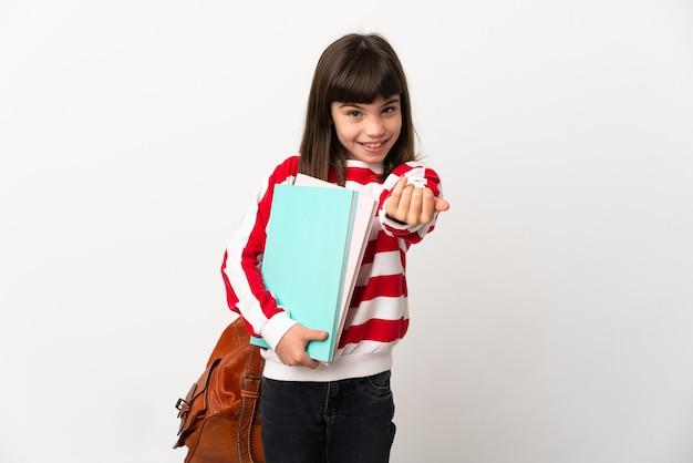 Mała dziewczynka student na białym tle zapraszając do przyjść z ręką. cieszę się, że przyszedłeś
