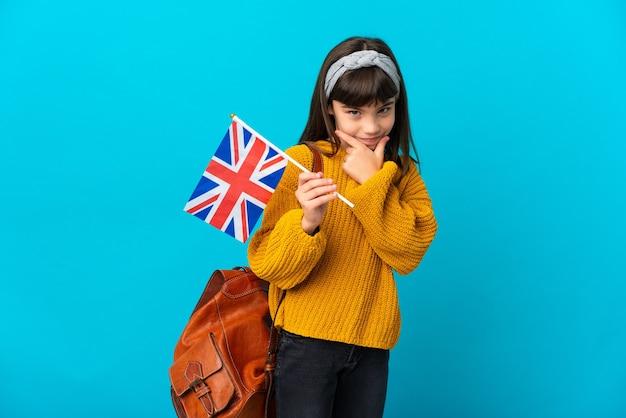 Mała dziewczynka studiuje angielski na białym tle na niebieskim tle myślenia
