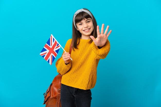 Mała dziewczynka studiuje język angielski na białym tle na niebieskim tle, licząc pięć palcami