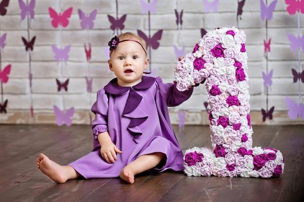 Mała dziewczynka szczęśliwy maluch obchodzi pierwsze urodziny