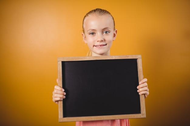 Mała dziewczynka trzyma blackboard