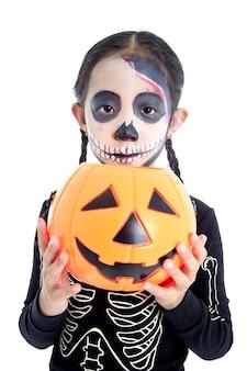Mała dziewczynka trzyma jack o latarniowy dyniowy kosz