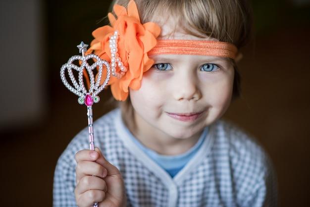 Mała dziewczynka trzyma magiczną różdżkę.