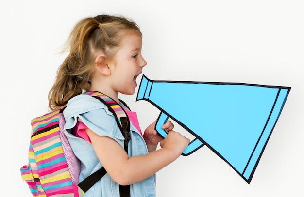 Mała dziewczynka trzyma papercraft megafon