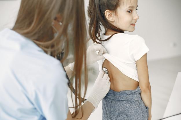 Mała dziewczynka u lekarza. badanie dziecka. afrykański lekarz.