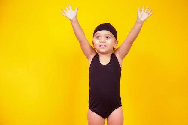 Mała dziewczynka ubrana w strój plażowy. koncepcja lato i wakacje