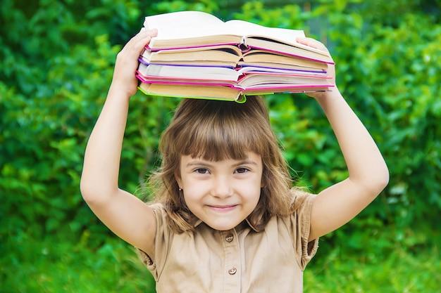 Mała dziewczynka uczeń z czerwonym jabłkiem. selektywna ostrość. natura.