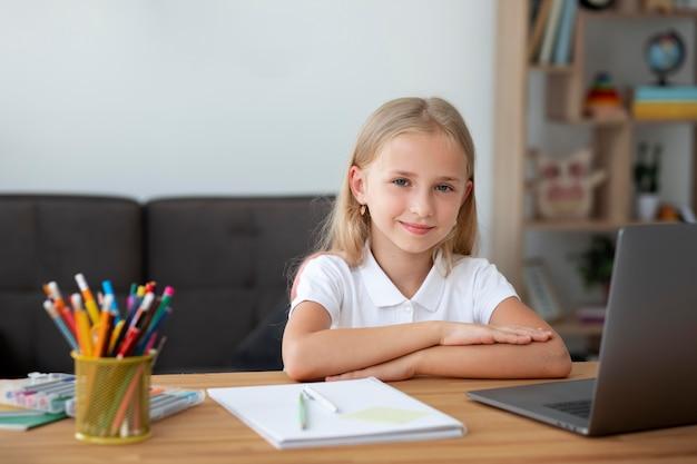 Mała dziewczynka uczestnicząca w zajęciach online w domu