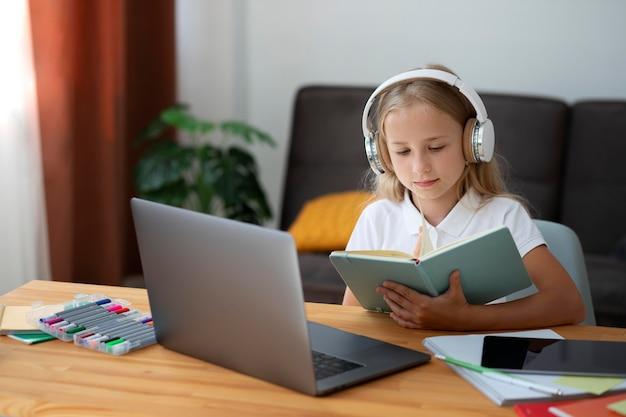 Mała dziewczynka uczestnicząca w zajęciach online