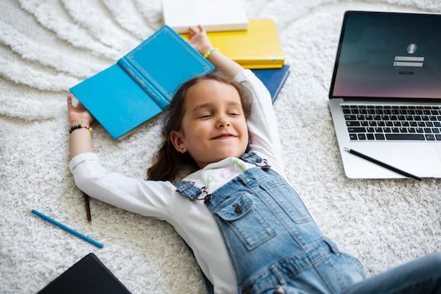 Mała dziewczynka uczy się czytać