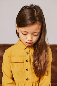 Mała dziewczynka uczy się grać na elektronicznej klawiaturze w domu