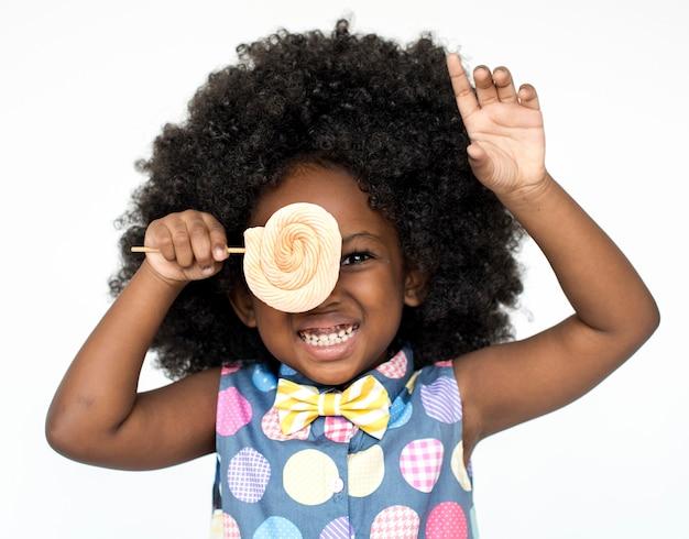 Mała dziewczynka uśmiechnięta szczęście portret studyjny słodki lizak