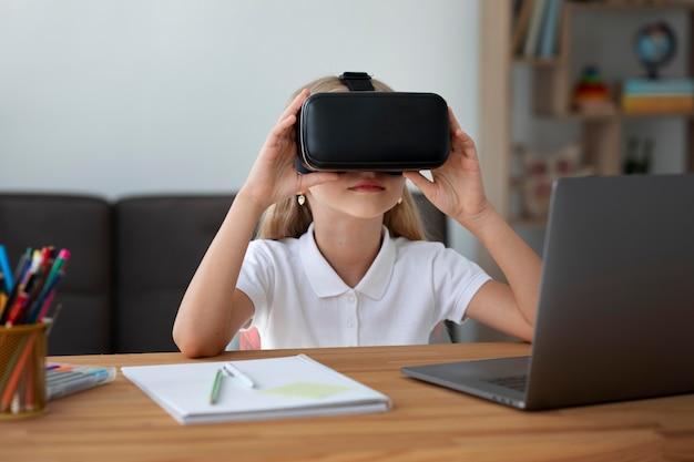 Mała dziewczynka używa gogli wirtualnej rzeczywistości