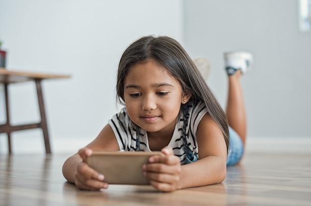 Mała dziewczynka używa telefon komórkowego