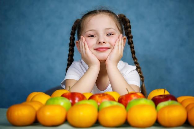 Mała dziewczynka w białej koszulce miłość owoc