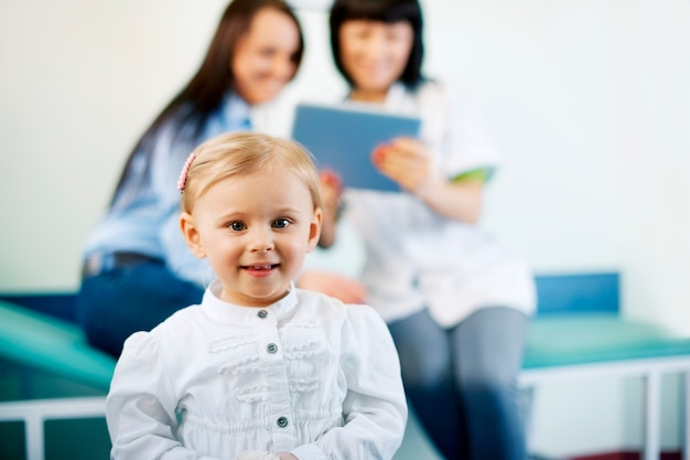 Mała dziewczynka w biurze lekarzy
