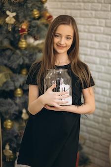 Mała dziewczynka w boże narodzenie dekorującym studiio